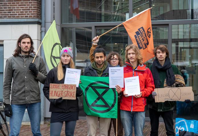 Hongerstakers van Extinction Rebellion voeren actie bij het Wageningse stadhuis.