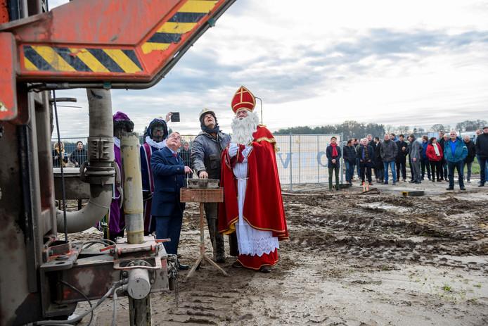 Sinterklaas verrichtte samen met wethouder Hans van de Looij de starthandeling voor het bouwproject.