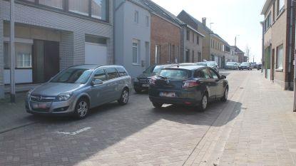 """""""Er zijn daar gewoon té veel wagens, en dus wordt er op piekmomenten geparkeerd waar het absoluut niet mag"""": Gemeente wil parkeerveiligheid rond Kattemstraat verhogen"""