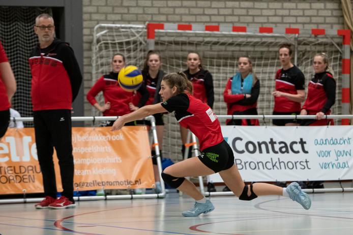 Coach Henk Wahl (links) begroef op vrijdag zijn overleden moeder, maar stond een dag later al weer langs de lijn om de volleybalsters van Dash - met hier Lot Meijer in actie - naar de overwinning op VCV te coachen.