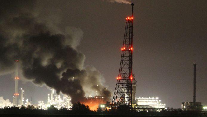 Zwarte rookwolken waren te zien boven het terrein van Shell Moerdijk, vanwege een grote brand