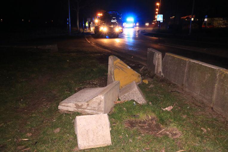 De chauffeur reed in op enkele betonblokken die als vangrail dienen