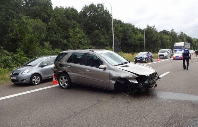 Door het ongeval moest het verkeer tijdelijk over de pechstrook.