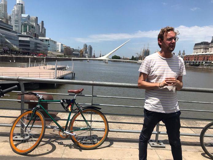 Voormalig Zutphenaar Peter Schouten was tot de uitbraak van corona actief als fietsgids in Buenos Aires. Eenmaal terug in Nederland probeert hij met de verkoop van empanadas zijn geliefde restaurant te redden.