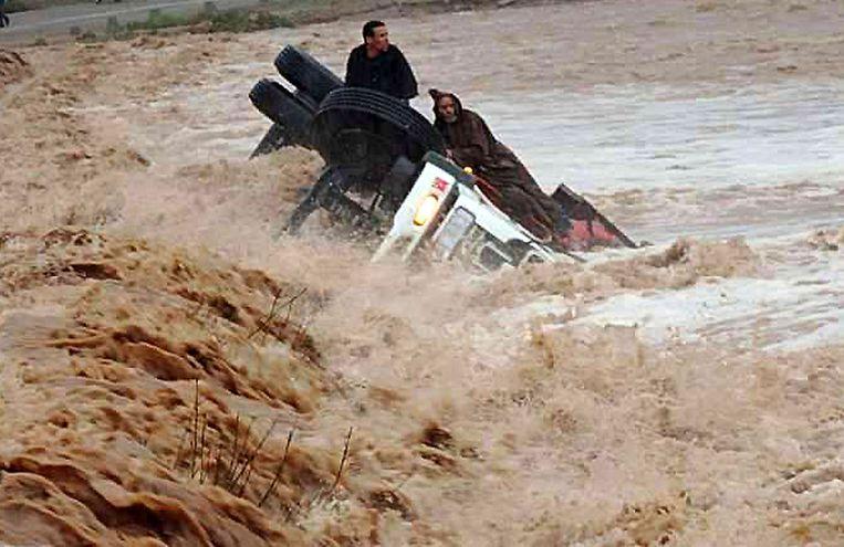 Mensen gestrand in vloedwater in Marokko Beeld AFP