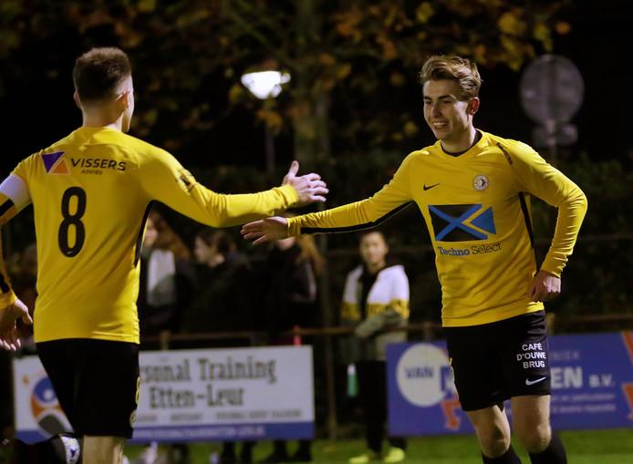 Danny Lauwen (links) viert de 0-2 samen met doelpuntenmaker Robert Frerichs (rechts). Het werd uiteindelijk 1-8 voor de gasten.
