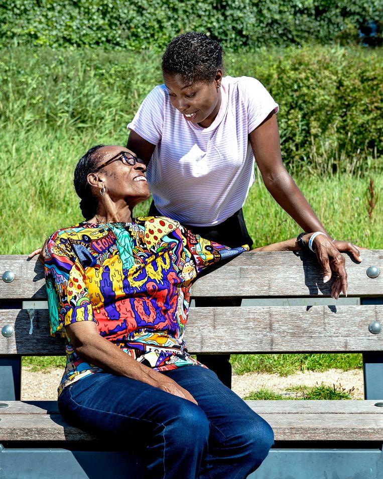 Profvoetballer Lineth Beerensteyn en haar moeder, Linda Beerensteyn. 'We bellen elke dag, want ik wil altijd weten hoe het gaat', zegt Lineth. Beeld Klaas Jan van der Weij / de Volkskrant