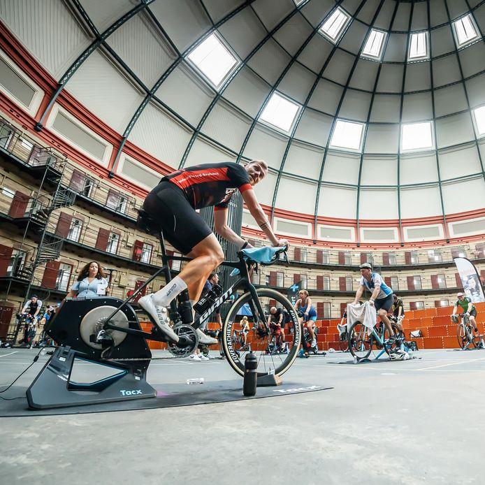 Zo'n 75 deelnemers fietsen virtueel een Vuelta-etappe in de voormalige koepelgevangenis in Breda. Veel meer was er van de wielerronde dit jaar niet te merken in Breda.