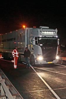 Boze wegwerkers rijden trucker klem die alle rode kruizen negeert op Merwedebrug