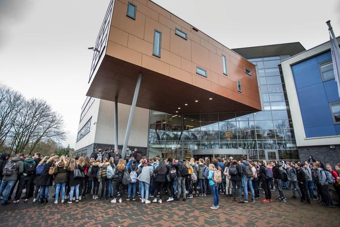 Scholieren demonstreren voor het Staring College in Lochem. Ze vinden dat de leraar die porno keek in de klas niet geschorst moest worden.