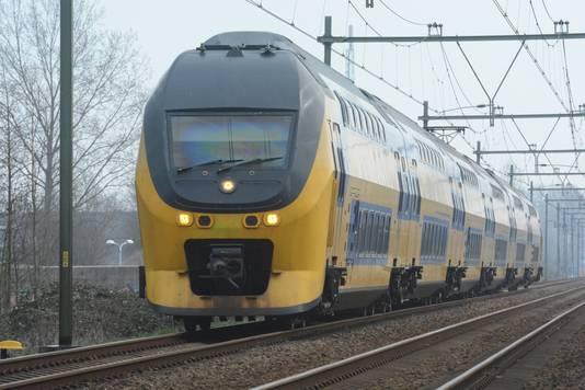 Een Intercity op het spoor.
