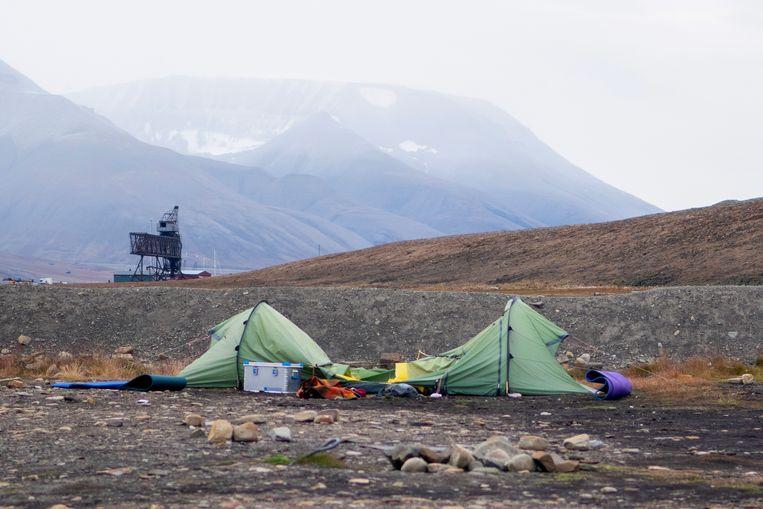 De tent van de Nederlandse Job die om kwam nadat een ijsbeer hem aanviel, terwijl hij in zijn tent lag te slapen. De camping ligt even buiten Longyearbyen. Beeld EPA
