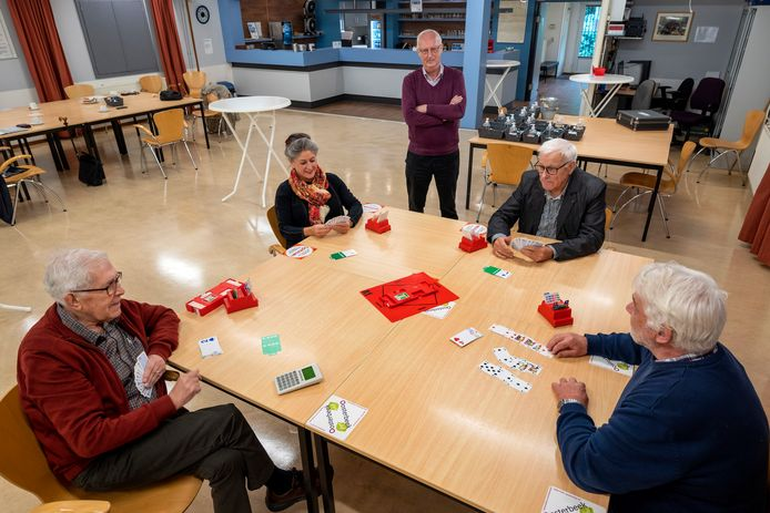 Wedstrijdleider Piet Noordeman kijkt toe bij een partij van (vlnr) Fred van Leeuwen, Annelies Heuker of Hoek, Rik Bol en Ruud Vellema.