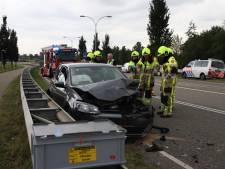 Auto botst achterop vrachtwagen in Dodewaard, bestuurder naar ziekenhuis