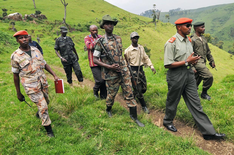 Krijgsheer Ntaganda Bosco in 2009, samen met leden van zijn rebellenmilitie in Congo. Beeld AFP