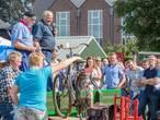Bieden op een fietspomp tijdens Staphorster boerenveiling