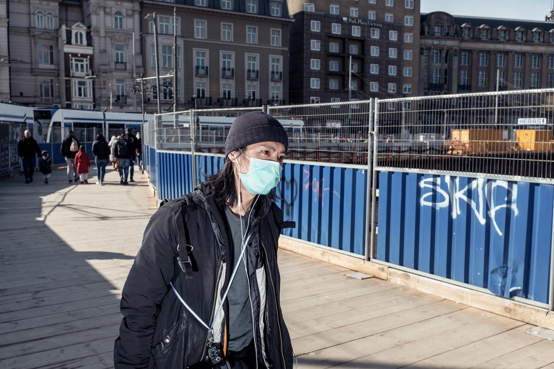 Amsterdam, donderdagmiddag. Toeristen zijn aan hun lot overgelaten nu vrijwel alle musea en attracties gesloten zijn. Beeld Jakob van Vliet