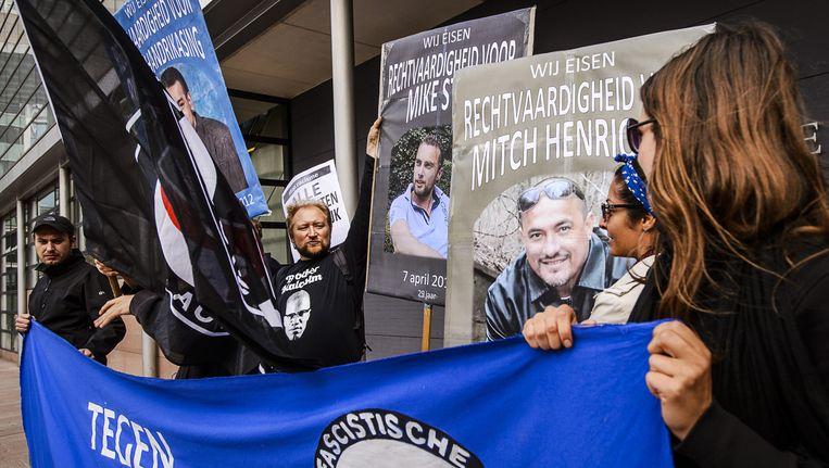 Beweging Movement X Nederland demonstreert voor de rechtbank van Den Haag tegen politiegeweld en racisme en eist de vrijlating van politieke gevangenen. Beeld anp