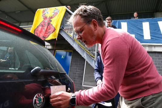 Cambuur-coach Henk de Jong helpt ook met stickeren.