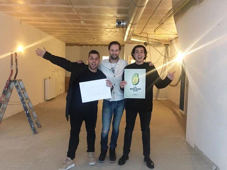 Ron Simpson (l), Jaimie van Heije en Julien Zaal (r) in hun nog te verbouwen The Avocado Show. Beeld Eigen foto
