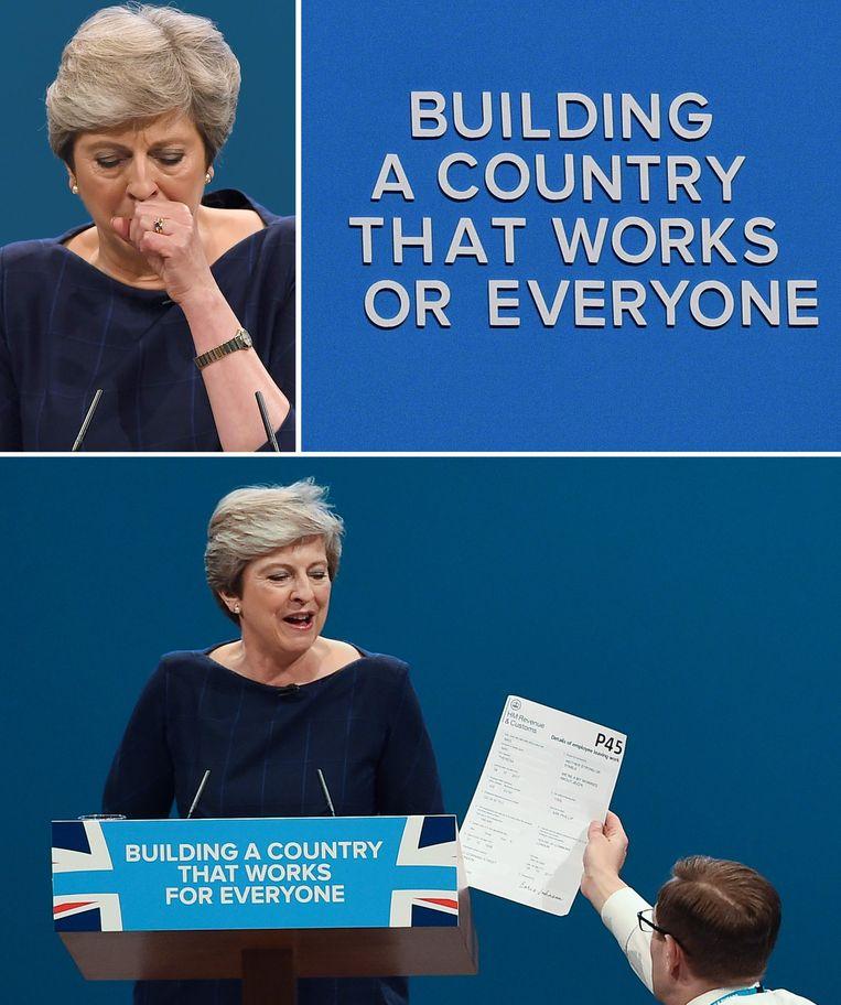 Een rampzaliger speech dan die van Theresa May twee jaar geleden tijdens het partijcongres kan bijna niet: May kreeg toen tijdens haar speech een fictief C4 in de handen gestopt (onder), volgens de grappenmaker in opdracht van de toenmalige minister van Buitenlandse Zaken Boris Johnson. Daarna begaf haar stem het en kreeg ze een onbedaarlijke hoestbui (linksboven). Als klap op de vuurpijl vielen de magnetische letters op de muur achter haar één na één op de grond, waarna de slogan 'building a country that works for everyone' 'building a country that works or everyon' werd (rechtsboven).