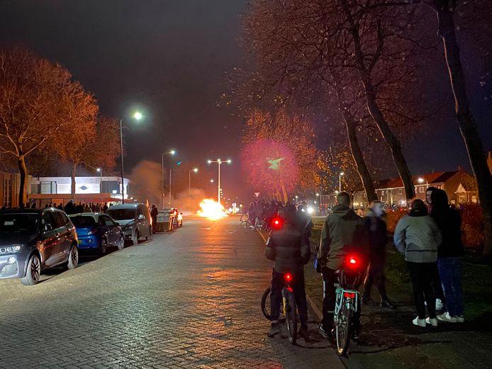 De rotonde aan de Akkers staat in brand op Urk.