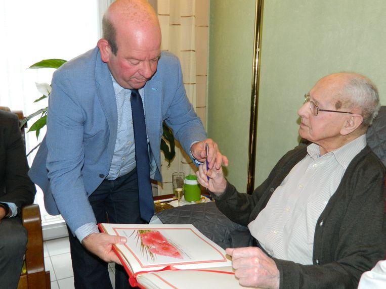 Dirk De Smul laat Urbain het Gulden Boek tekenen. En ook dat deed hij met het grootste gemak.