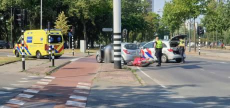 Motorrijder gewond na aanrijding op kruising in Enschede