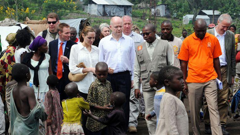 Filmster Angelina Jolie, speciaal afgezant van de UNHCR, en de Britse minister van Buitenlandse Zaken William Hague vorige week in Congo. Ze pleitten er voor een harde aanpak van seksueel geweld. Beeld getty