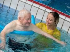 In Tiel zwemt oud met behulp van jong: 'Liever dit dan in een klaslokaal zitten'