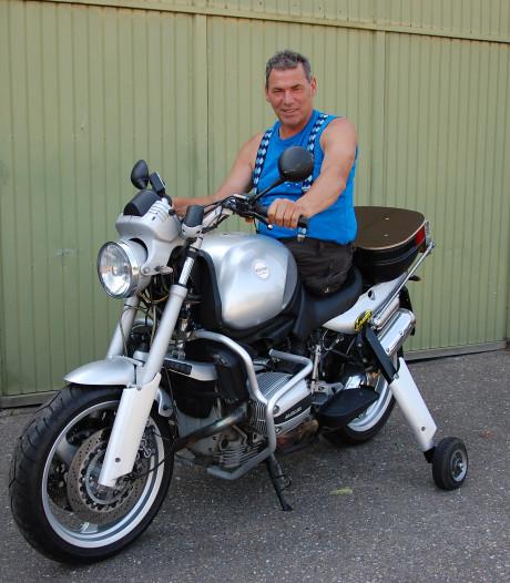Karel kan motorrijden met  één been maar mag dat niet