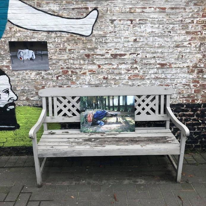 De foto's worden getoond op de koer van Treck Hostel in de Brugse Poort.