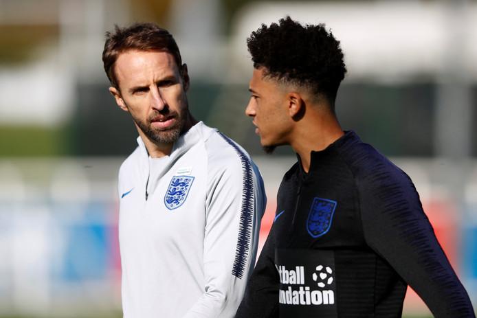 GarethSouthgate (l) in gesprek met Jadon Sancho, één van de vier jonge debutanten in zijn selectie.