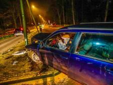 Flinke schade door auto die op lantaarnpaal klapt in Mierlo