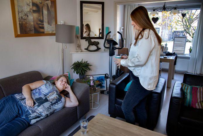 Caren Paling uit Heeze zorgt voor haar moeder.