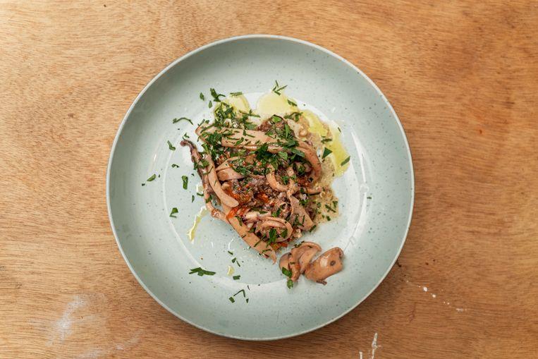 Bruschetta met stoof van pijlinktvis. Beeld Jakob Van Vliet