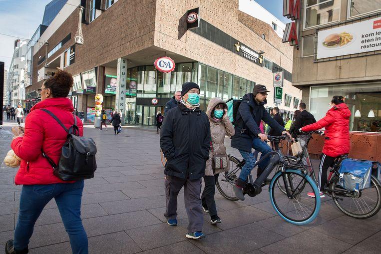 Mensen op straat in het centrum van Den Haag . Vanwege Het coronavirus is de horeca en sommige andere winkels dicht vandaar is het niet druk op straat.foto:  Beeld Arie Kievit