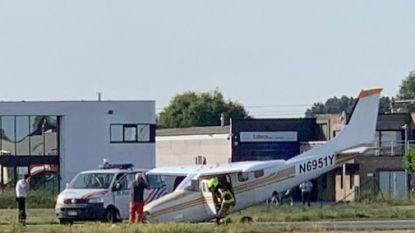 Na klapband: vliegtuigje duikt met neus en schroef op landingsbaan