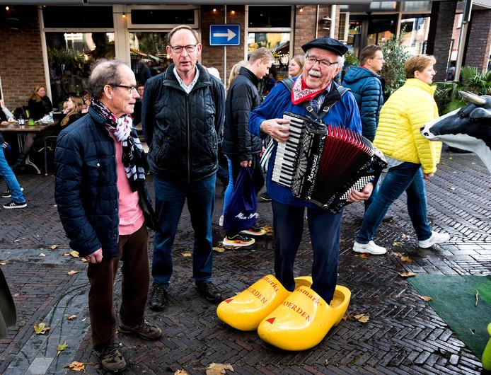 Accordeonist Arie van der Graaf is een vaste waarde op de Woerdense Koeiemart.