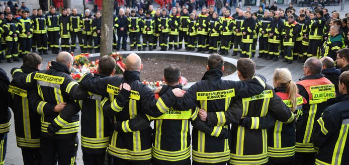 Zo'n 150 collega's hielden gisteren een indrukwekkend eerbetoon voor hun doodgeslagen makker op de plaats delict.