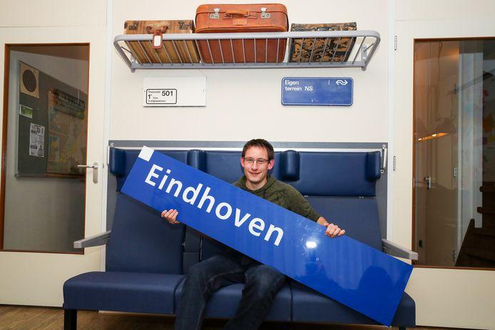 Stef Tiersma, thuis op zijn eerste klas bank met het oude bord van station Eindhoven.