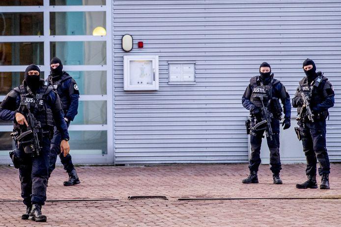 Zwaar bewapende agenten voor de ingang van de Extra Beveiligde Inrichting (EBI) Vught.
