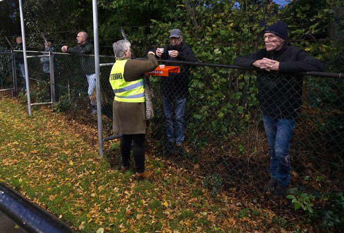 Een steward deelt koffie uit aan de diehards van Longa'30.