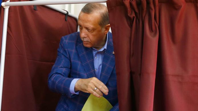 President Erdogan brengt zijn stem uit.