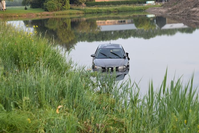 Auto te water in Zuilichem.