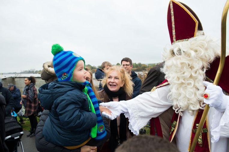Dit brave kindje was duidelijk blij met de komst van de Sint.