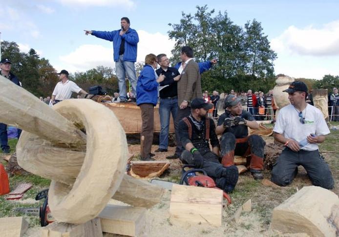De veiling is in volle gang, terwijl de carvers uitrusten van hun arbeid. foto Hans van de Vlekkert