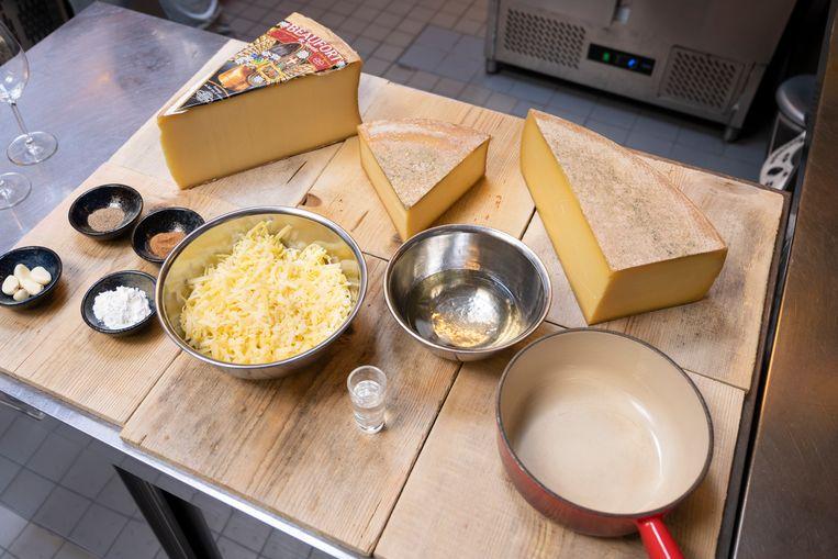 Normaal gesproken wordt in het restaurant van Dieuwertje en Thibault maandelijks zo'n vijfhonderd kilo gesmolten kaas weggegeten. Beeld Els Zweerink