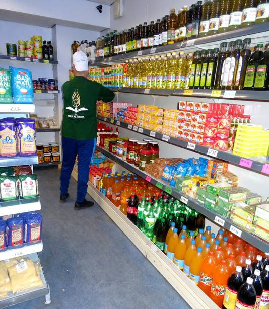 Een vrijwilliger verzamelt boodschappen in de supermarkt van het islamitisch cultureel centrum.