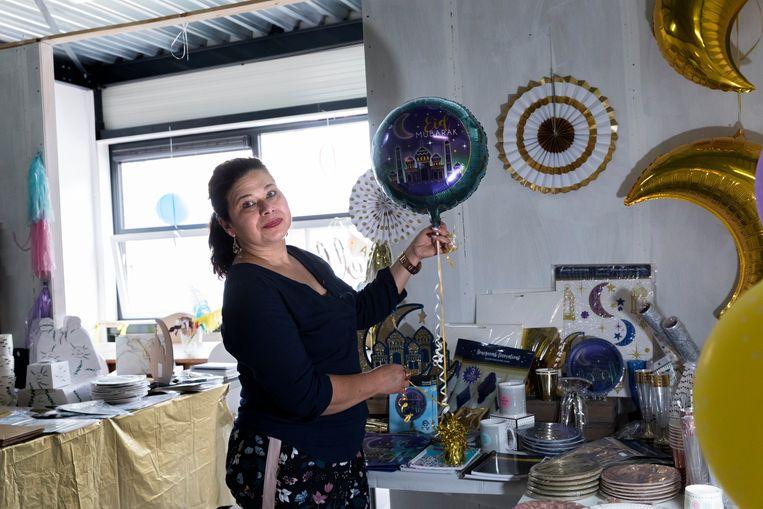 Sharma Soerjoessing in haar feestwinkel Partyzz in de Haagse Schilderswijk: 'Ik heb het de laatste vijf jaar niet zo druk gehad als nu'.  Beeld Inge Van Mill
